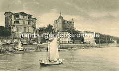 Historische Ansicht - Bäderarchitektur am Ufer der Ostsee in Sassnitz, Segelboot.