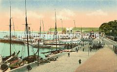 Historische Ansicht mit alten Schiffen / Segelbooten im Hafen von Sassnitz - re. im Hintergrund Eisenbahnwaggons und der Güterbahnhof in Sassnitz.