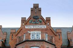 Backsteingiebel der Villa Glückspilz an der Promenade in Binz auf Rügen - Balkon mit Eisengeläder, Metallrelief mit Pilzen an der Hausfassade.