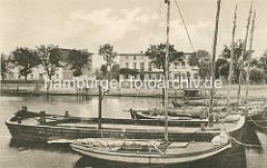 Blick über den Hafen von Lauterbauch auf Rügen / Ortsteil von Putbus; historisches Foto. Segelboote und eine Holzschute liegen an der Mole.