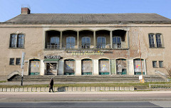 Haus Stubnitz - Lichtspielhaus Sassnitz; leerstehendes Gebäude. Das ehemalige Kinogebäude wurde 1958 in massiver Bauweise errichtet und steht seit 2007 unter Denkmalschutz.