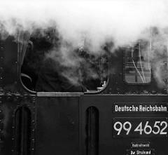 Der Lokomotivführer sieht aus dem Fenster der Dampflokomotive 99 4652 - die Schmalspur-Schlepptenderlokomotive wurde restauriert und ist ab März 2015 wieder auf der Strecke der Rügenschen Kleinbahn fahrbereit.