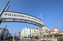 Schild an der Seebrücke - Willkommen im Seebad Binz.
