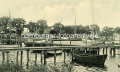 Historisches Motiv vom Hafen in Lauterbach / Insel Rügen - Segelboote liegen am Steg; im Hintergrund der Kai vom Hafen.