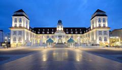 """Blaue Stunde, Abend in Binz auf Rügen; Architektur vom Kurhaus an der Strandpromenade. Berliner Bankiers investierten mit der """"Ostseebad Binz AG"""" in den Ausbau des Seebades und ließen ein Kurhaus bauen, das am 22. Juli 1890 eröffnet wurde; das Gebäud"""