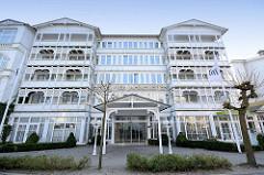 Hotelgebäude im Bäderstil - Hotel Vier Jahreszeiten, geschnitzte Balkonverzierung.
