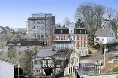 Am Küstenhang der Ostsee errichtete Wohnhäuser in Sassnitz; historische Architektur - Fachwerkhaus, Gründerzeitwohnhaus und Villa im Stil der Bäderarchitektur.