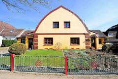 Doppelhaus mit Zollingerdach. Die Dachform wurde Anfang des 20. Jahrhunderts von Friedrich Zollinger entworfen. Architekturfotos aus dem Hamburger Bezirk Altona / Stadtteil Bahrenfeld.
