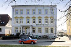 Saniertes Patrizierhaus - jetzt Parkhotel in Sassnitz, Insel Rügen - Hauptstrasse; ein Cabrio Trabi / Trabant fährt an dem historischen Gebäude vorbei.
