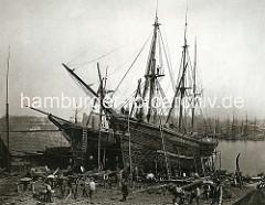 Historischer Aufnahme vom Schiffbau in Hamburg Steinwerder - Holzsegelschiffe liegen auf Kiel, Werftarbeiter.