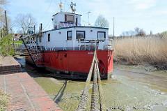 Theaterschiff Batavia in der Wedeler Au.