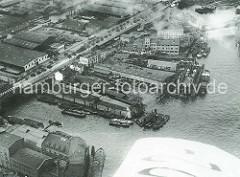 Luftaufnahme der Norderwerft am Reiherstieg in Hamburg Steinwerder - ein Schiff liegt im Schwimmdock; im Hintergrund der Ellerholzdamm und Steinwärder Kanal.