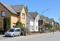 Wohnhäuser, Einzelhäuser mit unterschiedlicher Fassadengestaltung; Tinsdaler Weg in Wedel / Schleswig Holstein.