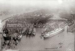 Luftbild der Hamburger Werft Blohm & Voss auf Steinwerder - Frachter liegen an den Werftkais zur Reparatur - ein Frachtschiff wurde in einem Schwimmdock eingedockt. Im Werfthafen liegt das Passagierschiff Europa.