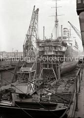 Eines der vier HAPAG Passagierschiffe der Ballin-Klasse liegt für Umbauarbeiten im Trockendock der Traditionswerft Blohm & Voss.