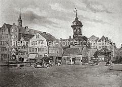 Wohngebäude bei St. Annnen - ein Pferdefuhrwerk steht auf der Strasse sowie mehrere Transportkarren. In der rechten Bildmitte der Turm von der schon 1812 abgebrochenen St. Annen Kapelle - links die Turmspitze der St. Katharinenkirche. Ab 1883