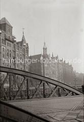 Blick von der Neuerwegsbrücke über den Fleet Hölländischer Brook zur Straße St. Annen. Links der Speicher P mit den Kupferdächern der Winden an der Fassade und im Hintergrund das Verwaltungsgebäude der HHLA sowie der Speicherblock U.