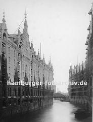 Hamburger Freihafen und die Speicherstadt am Brooksfleet - Blick Richtung Neuerwegsbrücke.