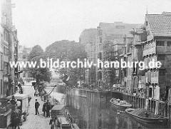 Blick über den historischen Holländischen Brook ca. 1880; dicht gedrängt stehen die Fachwerkhäuser und Lagerhäuser am Fleet. Schuten u.a. mit Kohle beladen liegen am Kai, ein Pferdewagen steht auf dem Kopfsteinpflaster.