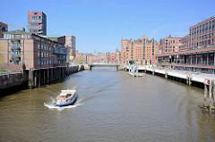 Barkasse mit Hamburg Touristen  während der Hafenrundfahrt im Magdeburger Hafen in der Hafencity - re. die Elbarkaden.