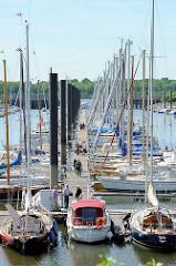 Hamburger Yachthafen in Wedel -  Norddeutschlands größten Yachthafen mit ca. 2000 Liegeplätzen.