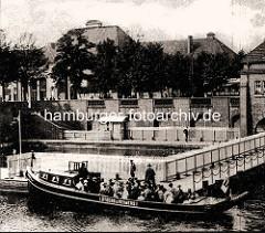 Historische Aufnahme vom Bootsanleger Stadthalle am Hamburger Stadtpark - Barkasse mit Fahrgästen,  im Hintergrund das Gebäude der Stadthalle.