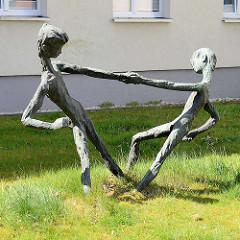 Bronzeskulpturen Tanzende Kinder im Gras - Kunst im Öffentlichen Raum, Stadt Wedel.