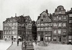 Blick auf die historischen Wohnhäuser an der Poggenmühle; in den Gewerberäumen im Parterre der mehrstöckigen Gebäude haben u.a. eine Destillation und Weinhandlung mit Ausschank ihren Sitz.