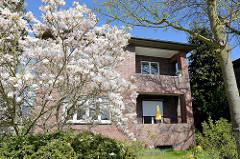 Wohnhaus der Theodor-Johannsen-Siedlung in Wedel - blühende Magnolien.