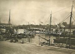 Fähranleger mit Fährbrücke bei der Werft Blohm & Voss; Hafenarbeiter besteigen eine Barkasse.