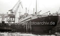 Das neugebaute Kombischiff SANTA INÉS der Reederei HAMBURG SÜD liegt am Ausrüstungskai der Hamburger HOWALDSWERKE AG. Das Motorschiff hat eine Länge von 146m und eine Breite von 18,70m.