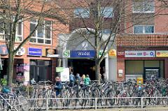 Eingang Bahnhof Wedel - abgestellte Fahrräder.