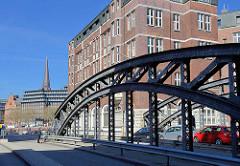 Blick über die Poggenmühlenbrücke zum Zollkanal - im Hintergrund die Hamburger St. Jacobikirche.