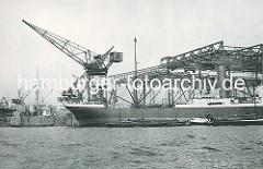 Werft Blohm & Voss in Hamburg - Helgen und Werftkran; Frachtschiff am Reparaturkai.