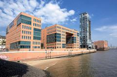 Bürogebäude - Verwaltungsarchitetur am Elbufer in Hamburg Altona / Altstadt - Fussweg Uferpromenade an der Elbe.