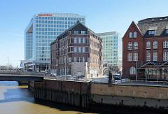 Blick über den Zollkanal, der ehem. Zollgrenze zum Hamburger Freihafen; im Hintergrund das Verwaltungsgebäude vom Spiegelverlag.