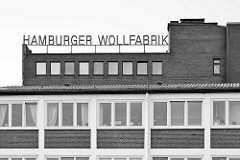 Verwaltungsgebäude in Hamburg Rothenburgsort - Brandshofer Deich; Schild Hamburger Wollfabrik - Industriearchitektur am Billehafen.