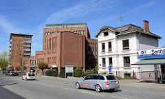 Alte und Neu, gegensätzliche Architektur - Architekturstil Gründerzeit, Villa - modernes Geschäftsgebäude in der Strasse Rosengarten in Wedel.