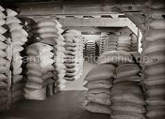 Bis unter die Decke des Lagerbodens sind Kaffeesäcke in einem Lagergebäude der Speicherstadt gestapelt. 1885 wurde mit der Planung zum Bau der Hamburger Speicherstadt begonnen.