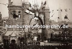 die Einweihung vom ersten Bauabschnitt der Hamburger Speicherstadt fand am 29. Oktober 1888 unter Anwesenheit Kaiser Wilhelm II statt. Der symbolische Schlussstein wurde an der Brooksbrücke gesetzt, die zu diesem Anlass mit Fahnen und Girlanden.