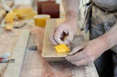Vorbereiten des Schleifbretts, Aufbringen von doppelseitigen Klebeband.