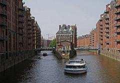 Barkassen der Hamburger Fleetrundfahrt und Hafenrundfahrt kommen von den Landungsbrücken und fahren durch das Holländisch Brookfleet. Links und rechts die Brücken der Dienerreihe; lks. im Hintergrund Kräne auf der Baustelle der Hamburger Hafencit