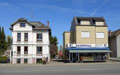 Wohnhäuser mit Geschäftsräumen - historische Gründerzeitvilla / Gebäude mit gelber Klinkerfassade; alt + neu, Architekturgegensätze.