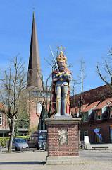 Marktplatz von Wedel mit Roland und Kirchturm der Wedeler Immanuelkirche.