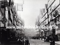 Blick in den Brook ca. 1880 -. durch den Zollanschluss Hamburgs 1888 an Preußen entstand in diesem Gebiet der Hamburger Freihafen - ca. 20 000 Menschen, die hier lebten mussten umgesiedelt werden - die Wohn- und Lagerhäuser wurden abgerissen.