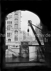 Blick vom Speichergebäude H auf die Kannengiesser- ortbrücke und die dahinter liegenden Speicher am Wandrahmsfleet. Mit dem Wandkran konnte die Ware vom Lagerboden auf die Schiffe geladen werden.