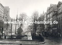 Blick über den historischen Holländischen Brook ca. 1880; dicht gedrängt stehen die Fachwerkhäuser und Lagerhäuser am Fleet. In diesem intakten Wohn- und Arbeitsviertel Hamburgs lebten ca. 20 000 Menschen.