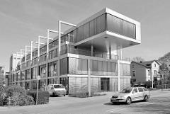 Modernes Verwaltungsgebäude - historisches Wohnhaus; Rosengarten / Wedel.
