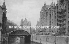 Backsteinarchitektur der Hamburger Speicherstadt - mit den unter den Giebeln angebrachten Winden wird die gelagerte Ware von den unterschiedlichen Böden zu den auf der Strasse wartenden Pferdewagen transportiert.