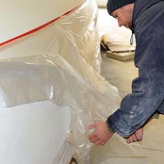 Abkleben der Wasserlinie vom Schiffsrumpf des Daysailers; Abdecken der Bordwand mit Folie - Vorbereitung für eine weitere Grundierung vom unteren Schiffsrumpf.
